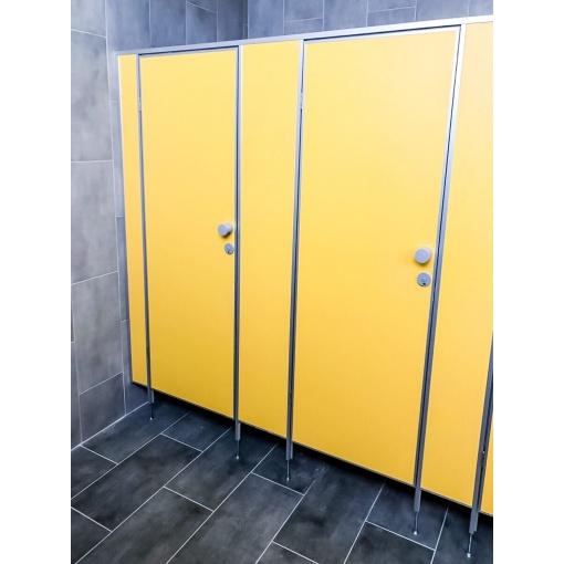 Сантехнічні кабінки в шкільному туалеті ЧЗШ№4
